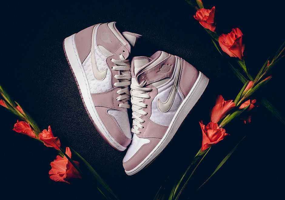 air-jordan-1-heiress-collection-light-bone-plum-dog-01